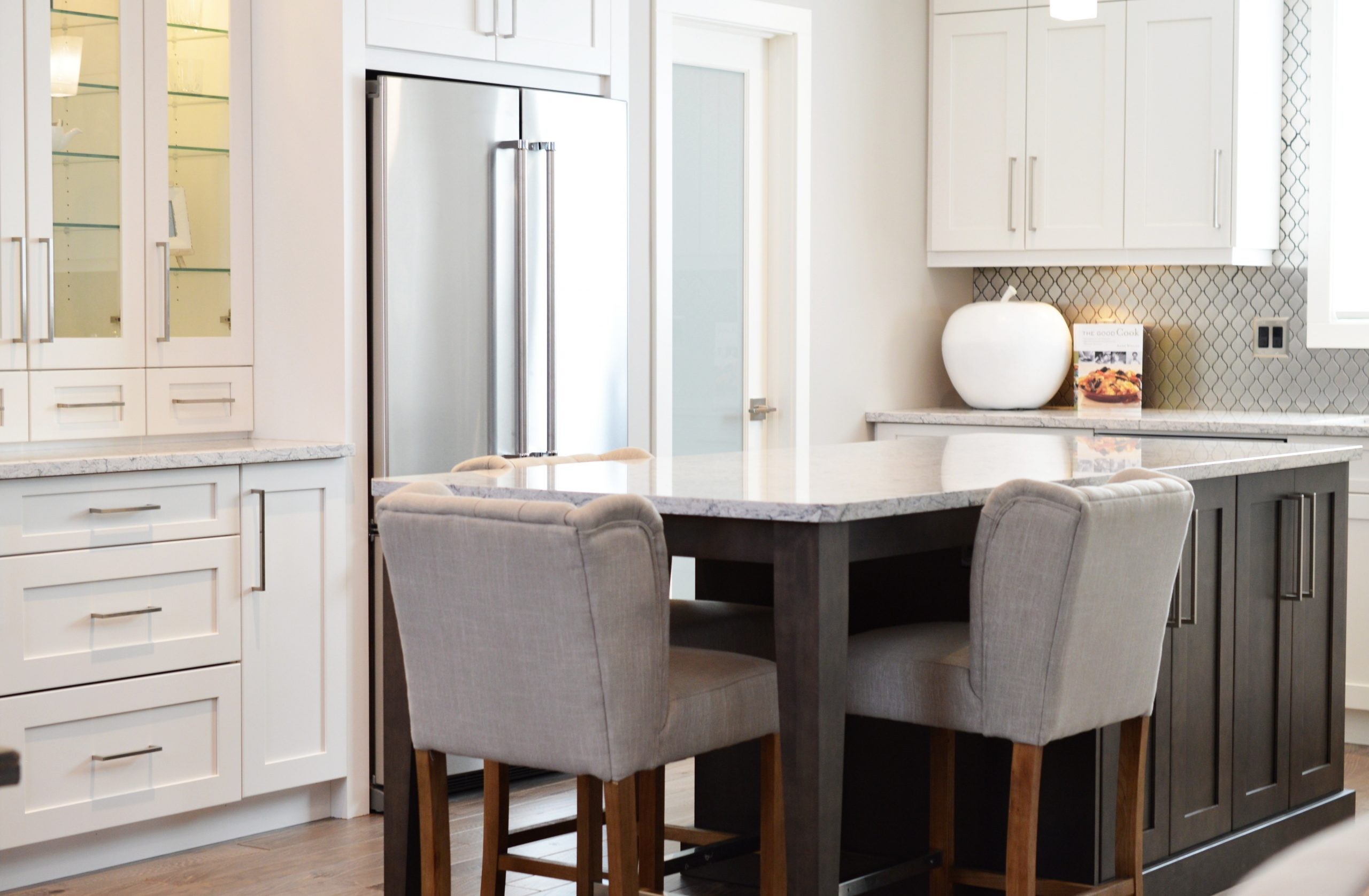 kitchen cabinet with neatly arrange chairs